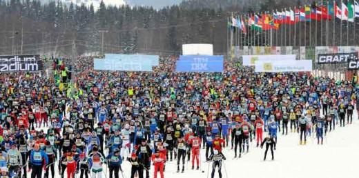 Tuhanded suusasõbrad siirdumas võistlustulle Vasaloppetil.